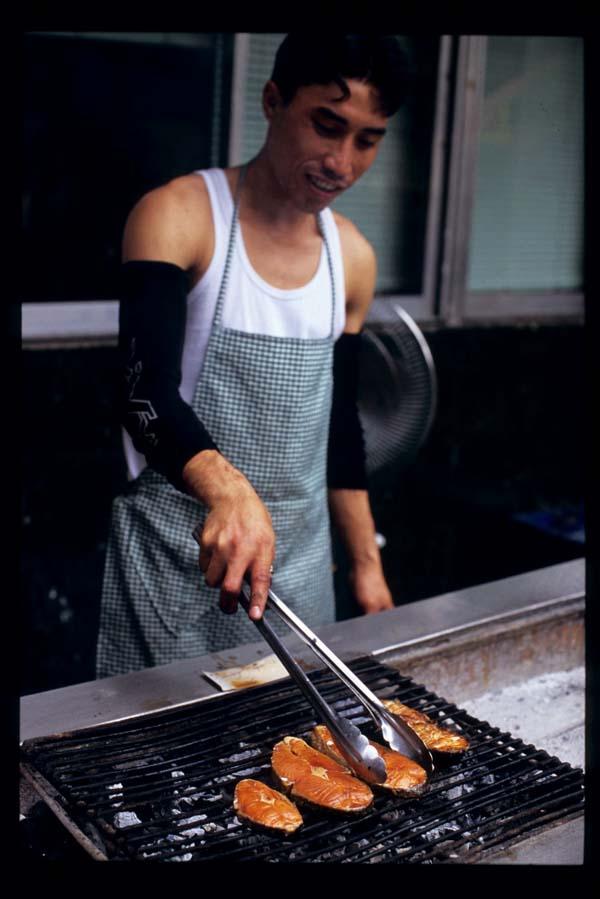 Baclaran_grilling_fish