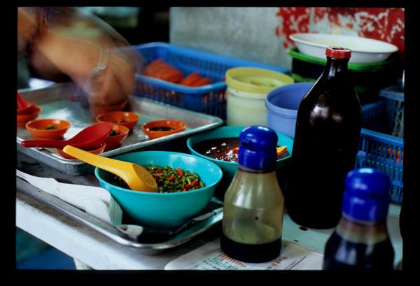 Kuching_kolo_mee_condiments