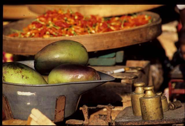 Banjar_mkt_white_mangoes