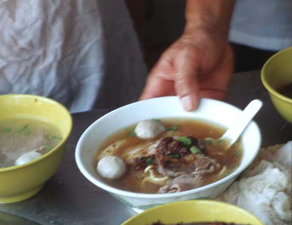 Beef_noodle_soup_noodle_serve