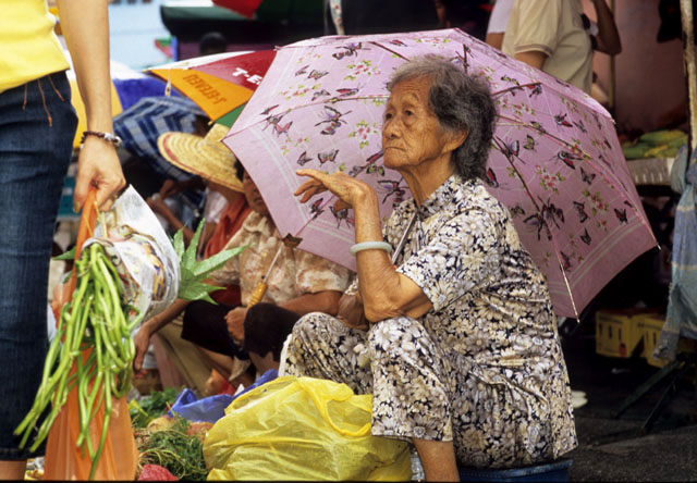 Bentong_mkt_umbrella_lady_1