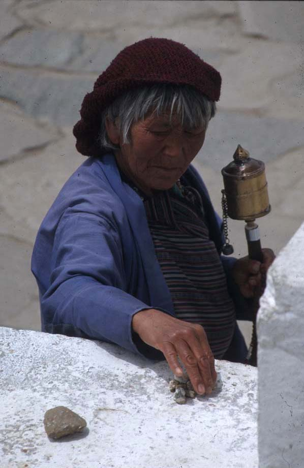 Bhutan_prayer_lady