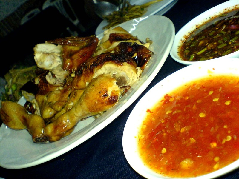 Chiang_mai_gai_yang_with_sauces