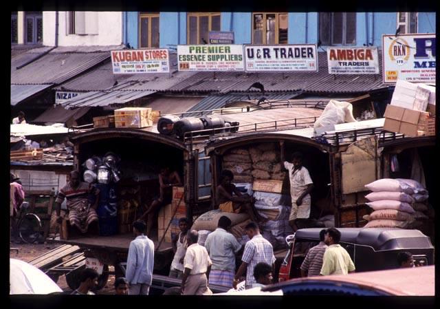 Colombo_unloading_trucks_1