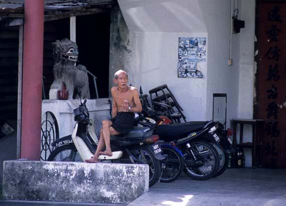 Kampar_old_smoking_guy