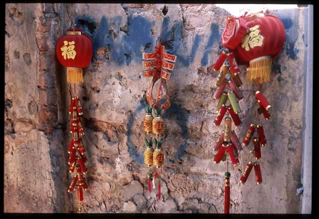 Kl_chinatown_lantern_graffiti_wall