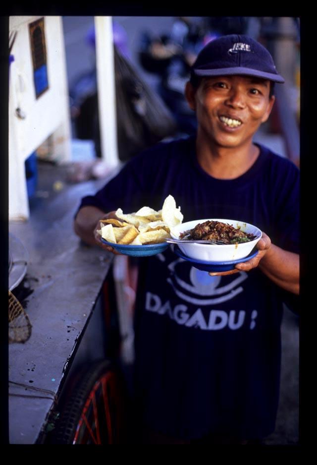 Padang2_mie_ayam_vendor_with_bowlful