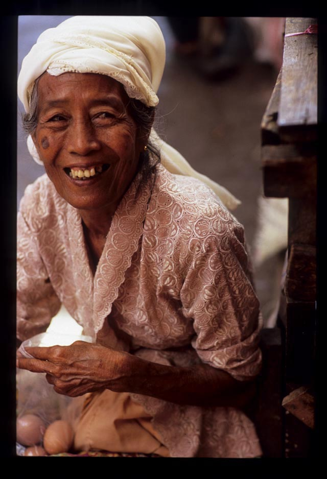 Padang2_older_woman_vendor