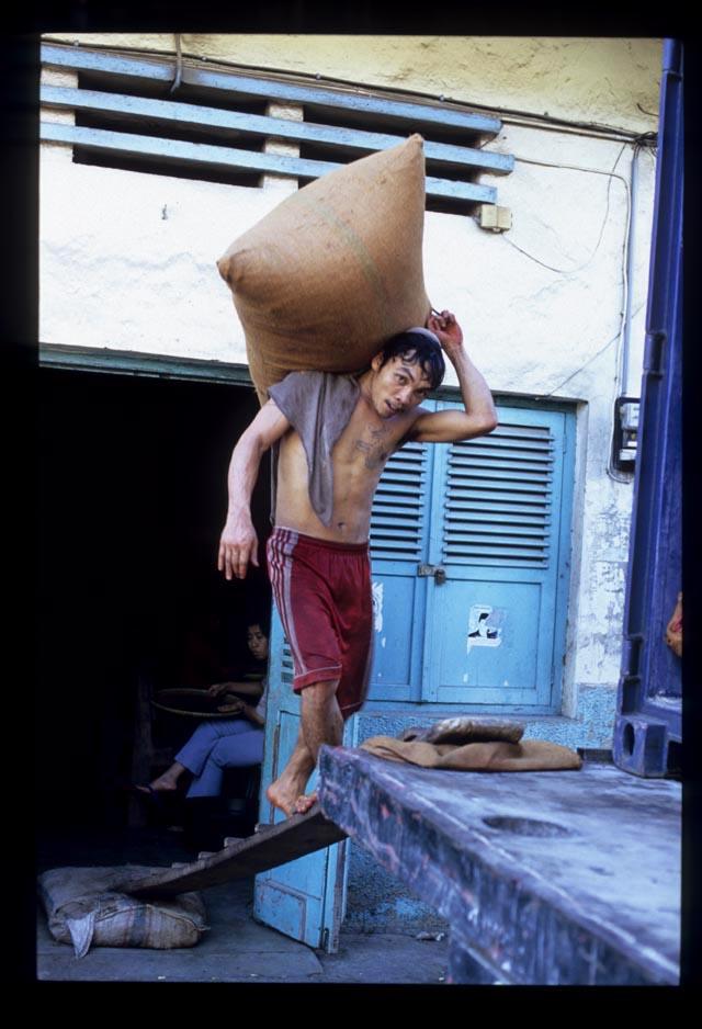 Padang_cloves_loading_3