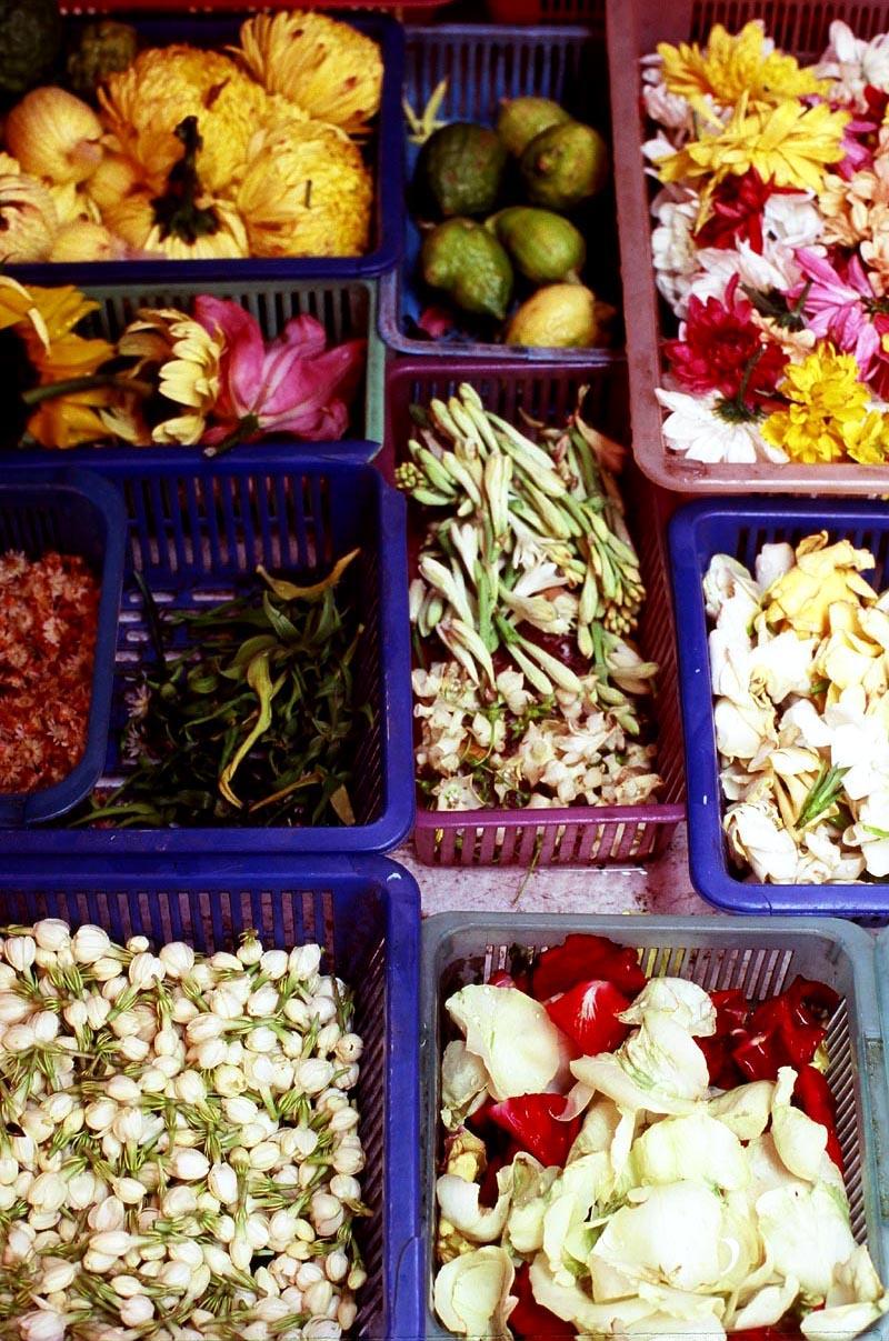 Pasar_sentul_flowers_in_baskets