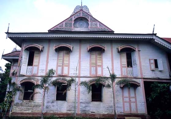 Phrae_pink_gingerbread_house