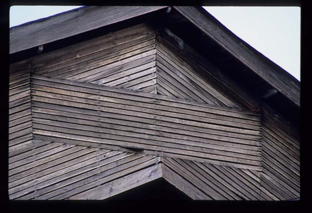 Phrae_wooden_house_with_cross_slats_1